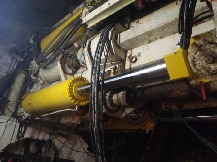 In der vorhandenen Maschine mit einem Bohrdurchmesser von 7,03 m leisten jetzt vier neu gefertigte Zylinder mit einem Hub von 1,75 m eine Vorschubkraft von insgesamt 12.750 kN. Jeder Zylinder wiegt mehr als drei Tonnen. Die Nickel-Chrom-Beschichtung der Kolbenstange und ein robustes Dichtungskonzept schützen vor mechanischen Beschädigungen.